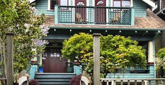 A Suite At Kitsilano Cottage - ונקובר - בניין
