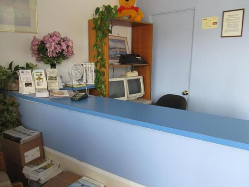 Swiss Sunset Inn - Penticton - Front desk