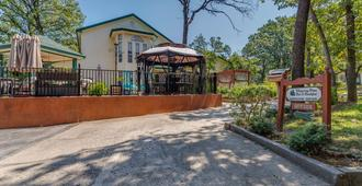 The Whispering Pines Inn Bed & Breakfast - Norman - Outdoor view