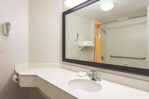 La Quinta Inn & Suites by Wyndham St. Louis Westport - Maryland Heights - Bad
