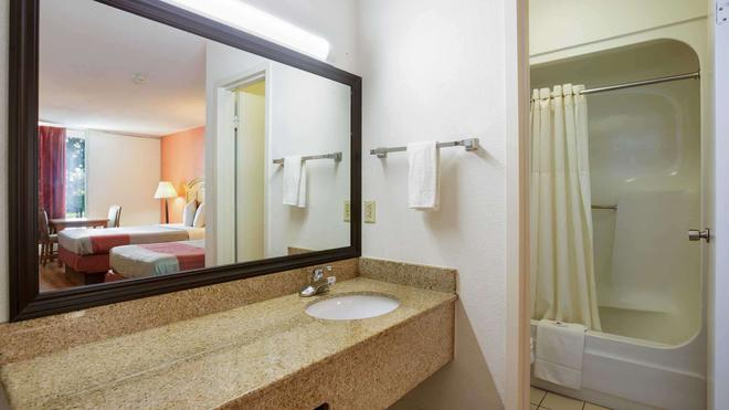 Motel 6 Clarksville Tn - Clarksville - Bathroom