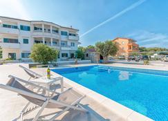 迷迭香公寓飯店 - 倫 - 游泳池