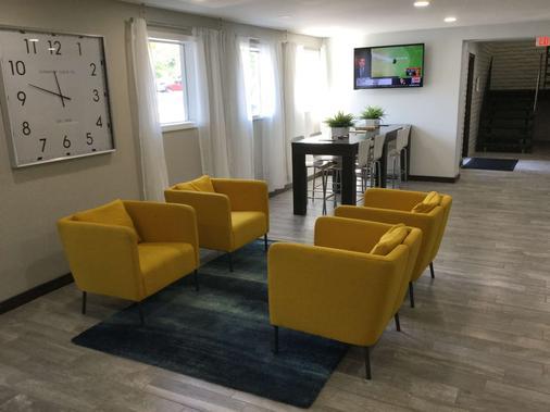 Days Inn & Suites by Wyndham Cincinnati North - Cincinnati - Living room