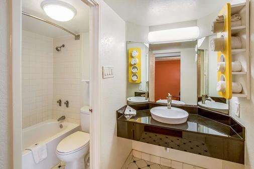 Motel 6 Euless DFW West - Euless - Bathroom