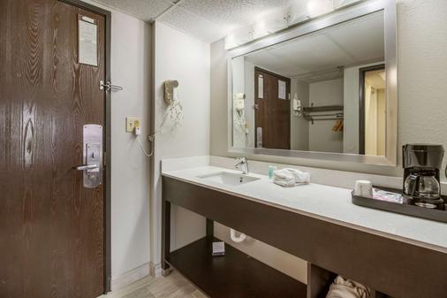Clarion Hotel Convention Center Jackson Northwest - Jackson - Bathroom