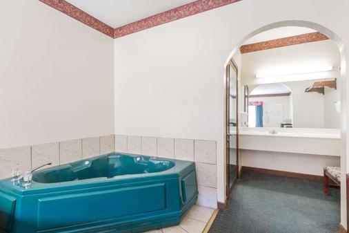 Super 8 by Wyndham Weslaco - Weslaco - Bathroom
