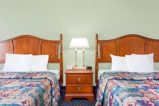 Days Inn & Suites by Wyndham SE Columbia Ft Jackson - Columbia - Bedroom