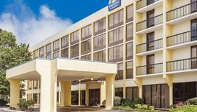 Days Inn & Suites by Wyndham SE Columbia Ft Jackson - Columbia - Building