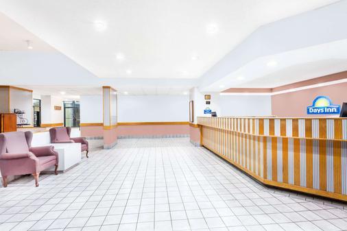 Days Inn & Suites by Wyndham SE Columbia Ft Jackson - Columbia - Lobby