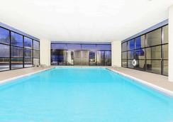 Days Inn & Suites by Wyndham SE Columbia Ft Jackson - Columbia - Pool