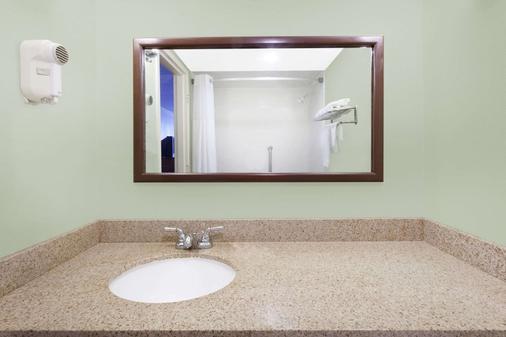 Days Inn & Suites by Wyndham SE Columbia Ft Jackson - Columbia - Bathroom