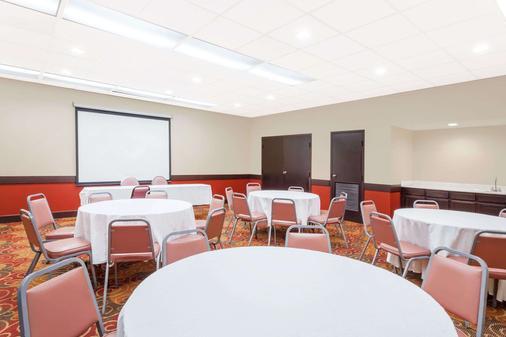 Days Inn & Suites by Wyndham SE Columbia Ft Jackson - Columbia - Meeting room