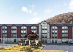 Microtel Inn & Suites by Wyndham Mont Tremblant - Mont-Tremblant - Gebäude