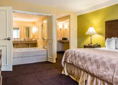 Clarion Hotel & Suites Hamden-New Haven - Hamden - Bedroom