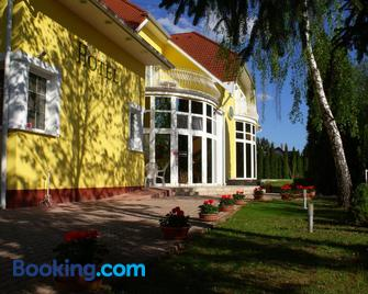Hotel Penta Lux - Tata - Gebouw