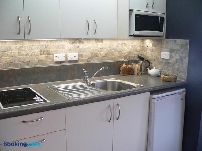 Molyneux House - Kaka Point - Kitchen