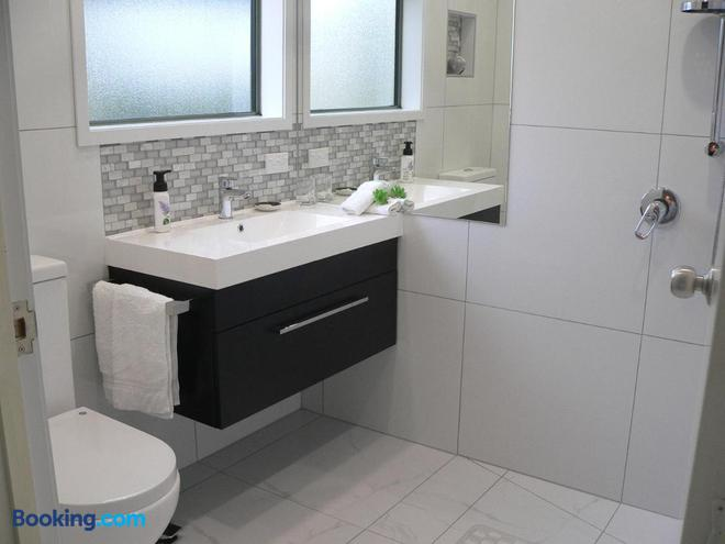 Molyneux House - Kaka Point - Bathroom