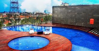 Harris Hotel & Conventions Gubeng - สุราบายา - สระว่ายน้ำ