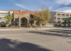 La Quinta Inn & Suites by Wyndham San Francisco Airport West - Millbrae - Building