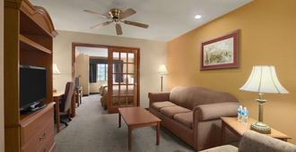 Days Inn by Wyndham Suites San Antonio North/Stone Oak - San Antonio - Vardagsrum