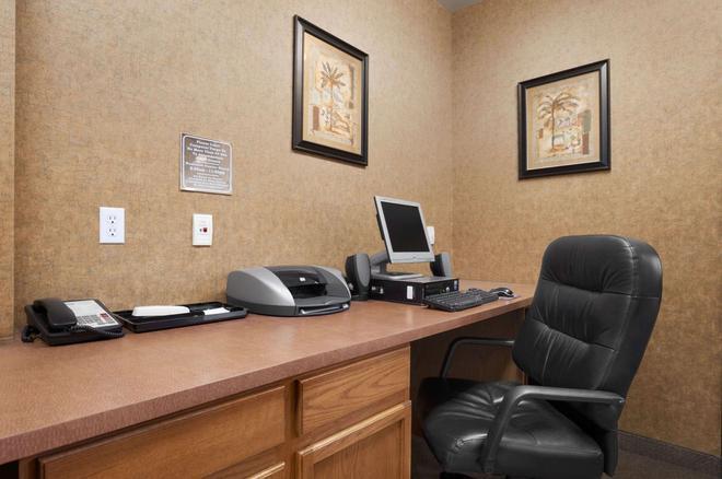 Days Inn & Suites by Wyndham San Antonio North Stone Oak - San Antonio - Business Center