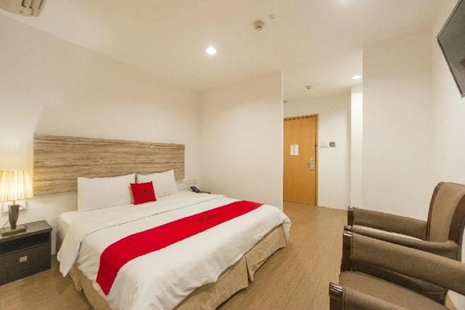 RedDoorz Plus Victoria Hotel - Singapore - Phòng ngủ