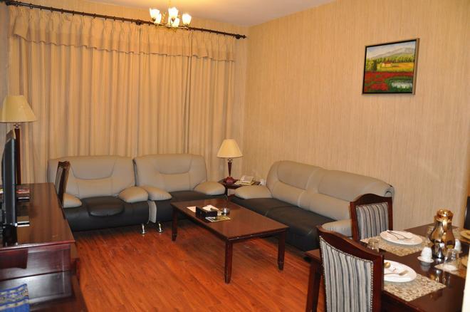 Pan Gulf Hotel Suites - Sharjah - Living room