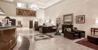 Howard Johnson by Wyndham Victoria Elk Lake Hotel & Suites - Vitória - Lobby