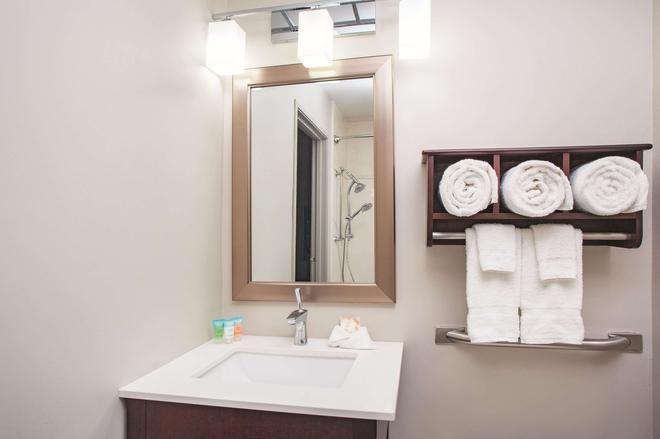 羅克福德拉昆塔套房酒店 - 洛克福 - 羅克福德 - 浴室