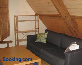 Familiensuite, zwei Zimmer, Mitbenutzung von Küche und Bad - Wissembourg - Huiskamer