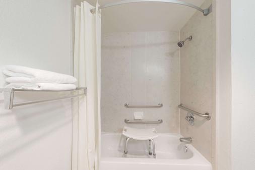 Super 8 by Wyndham Weatherford - Weatherford - Bathroom