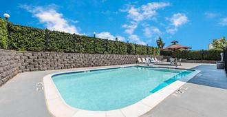 威瑟福德速 8 酒店 - 威德福 - 威德福(德克薩斯州) - 游泳池
