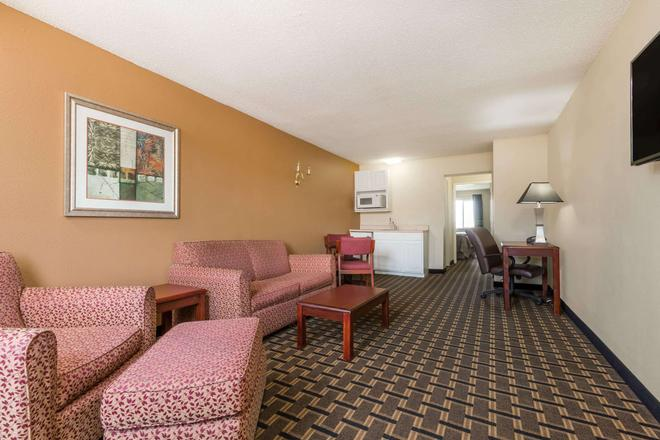 Super 8 by Wyndham Indianapolis/NE/Castleton Area - Indianapolis - Living room