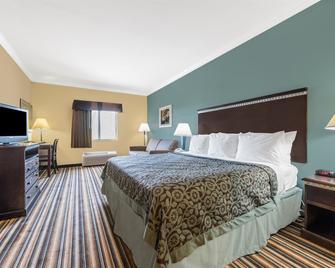 Days Inn by Wyndham Rockdale Texas - Rockdale - Спальня