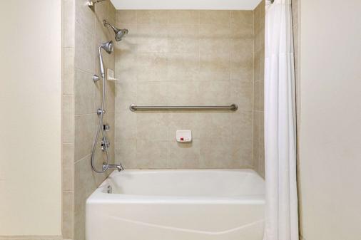Baymont by Wyndham Roswell - Roswell - Bathroom