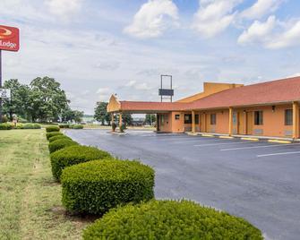 Econo Lodge - Cornersville - Building
