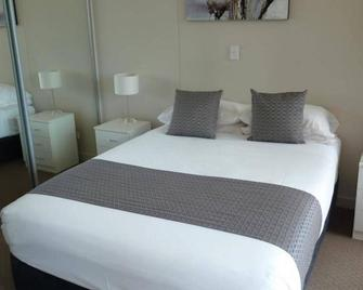 Direct Hotels - Dalgety Apartments - Townsville - Bedroom