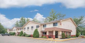 Super 8 by Wyndham Queensbury Glens Falls - Queensbury - Building