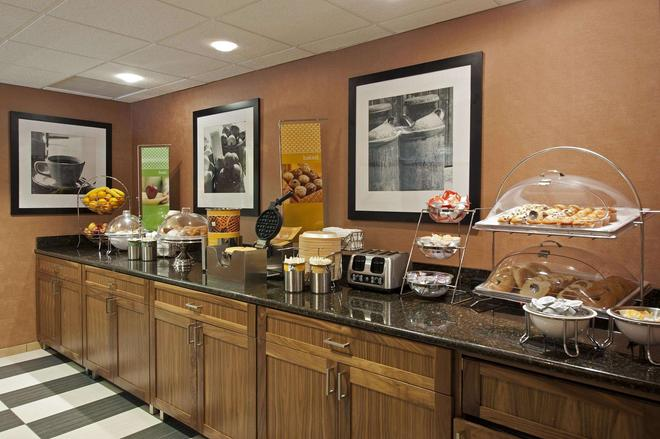 Hampton Inn Bloomington - Bloomington - Buffet