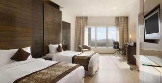 Ramada by Wyndham Powai Hotel & Convention Centre - Mumbai - Bedroom