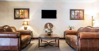 Quality Inn - Merrillville - Living room