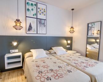 Hostal La Isla - Mahón - Bedroom