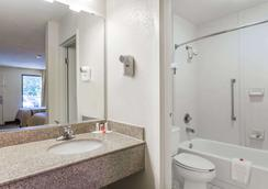 Days Inn by Wyndham Norfolk Airport - Norfolk - Bathroom