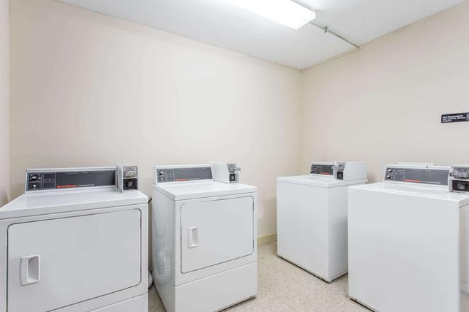 Days Inn by Wyndham Norfolk Airport - Norfolk - Laundry facility
