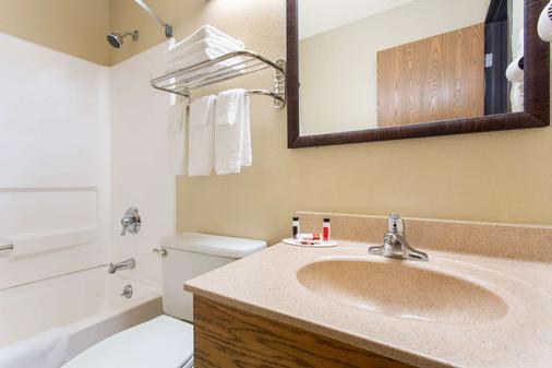 Super 8 by Wyndham Weston WV - Weston - Bathroom