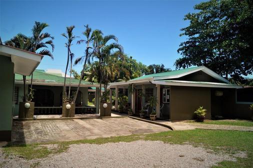 Chez May-Paule Guesthouse - Baie Sainte Anne - Rakennus