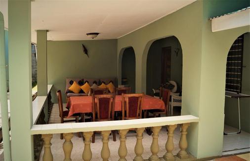 Chez May-Paule Guesthouse - Baie Sainte Anne - Parveke