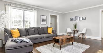 Charming LaVista bungalow - Atlanta - Living room