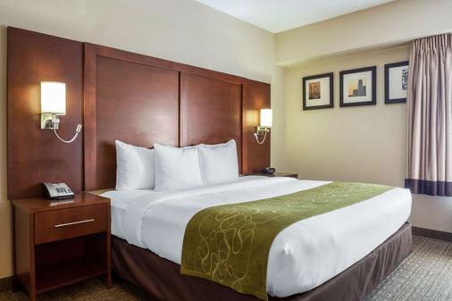 Comfort Suites at Woodbridge - Avenel - Bedroom