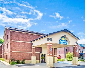 Days Inn & Suites by Wyndham Jeffersonville IN - Jeffersonville - Gebouw